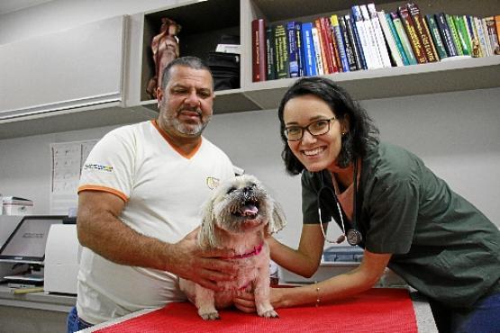 A veterinária Lorena Campos e o auxiliar Ronaldo Oliveira: médica alerta para os riscos da humanização (Vinicius Cardoso/CB/D.A Press )