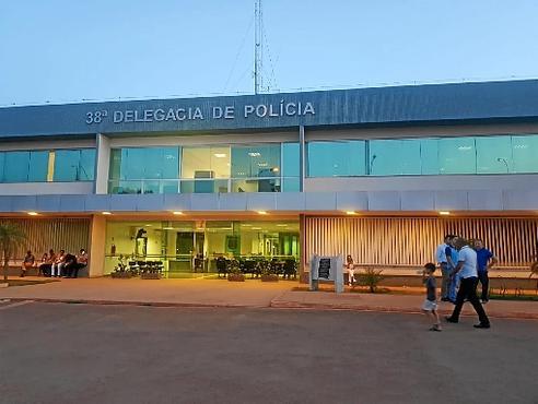 Familiares e amigos passaram a tarde na 38ª Delegacia de Polícia (Vicente Pires) para acompanhar as investigações (Emilly Benhke/Esp. CB/D.A Press)