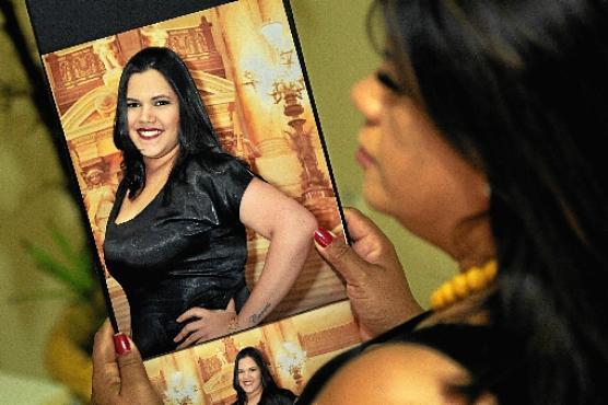 Rosana com a foto da irmã: