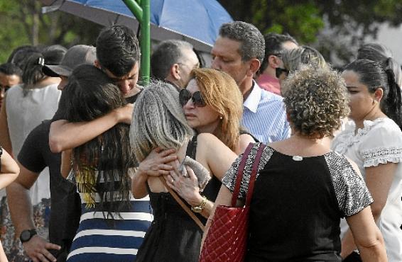Clima de  comoção entre parentes e amigos da vítima durante o velório (Ed Alves/CB/D.A Press)