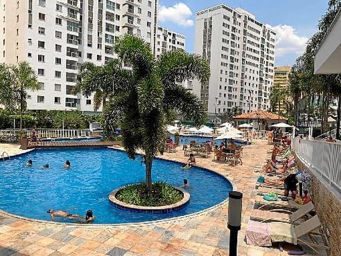 Neste condomínio de Águas Claras, moradores aproveitaram o dia na piscina (Rosana Hessel/CB/D.A Press)