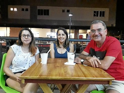 A família Pereira tentou amenizar as altas temperaturas com açaí: Isabela, Gislene e José (Renata Rusky/CB/D.A Press)