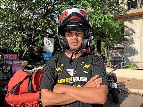 O motoboy Alisson toma mais cuidados nas chuvas, época em que caiu algumas vezes da moto:
