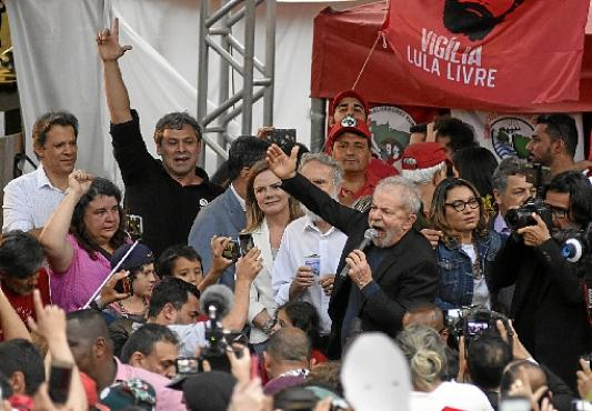 Lula foi cercado por centenas de apoiadores em frente à sede da Polícia Federal, em Curitiba: promessa de %u201Cdiscurso à nação%u201D hoje (Henry Milleo/AFP    )