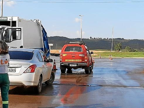 Auxiliadas por cães, equipes do Corpo de Bombeiros procuraram restos mortais de Marcos Aurélio no Aterro Sanitário de Brasília  (Sarah Peres/CB/D.A Press)