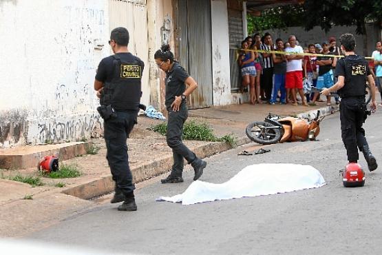 Peritos analisam o local do assassinato, onde o acusado derrubou a vítima da moto antes de esfaqueá-la (Ana Rayssa/CB/D.A Press)