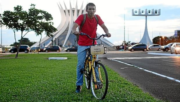 Marcelo Roseira usa bicicletas compartilhadas para chegar ao trabalho no Setor de Embaixadas Norte (Ed Alves/CB/D.A Press)