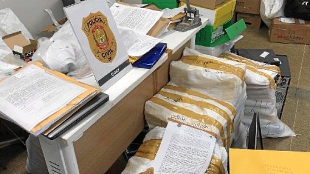 Durante a operação, foram apreendidos documentos, HDs de computadores, celulares e dispositivos de armazenamento de dados informatizados (PCDF/Divulgação)