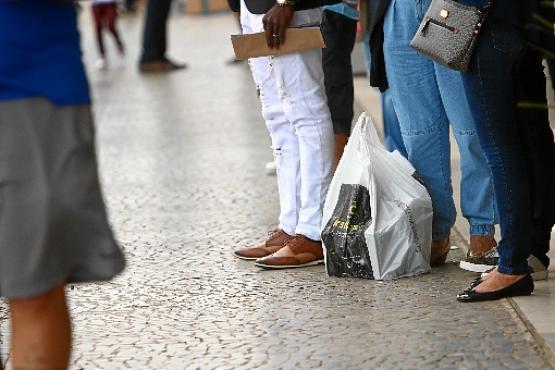 Sacola deixada no chão pelo consumidor: alvo fácil para os criminosos (Ana Rayssa/CB/D.A Press)