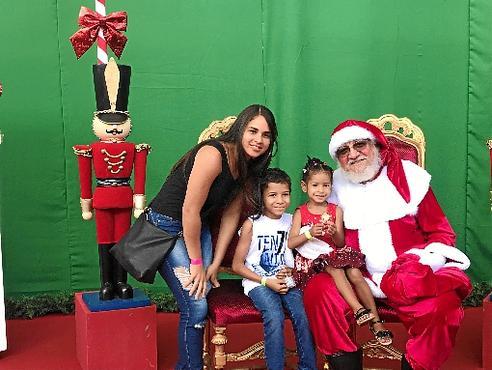 Márcia Karine trouxe Victor Gabriel e Rayssa Karen para curtir o Bom Velhinho (Renata Rusky/CB/D.A Press)