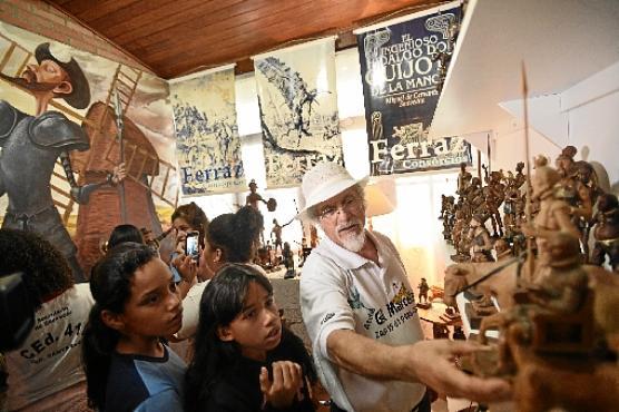 Visita ao ateliê do artista Gil Marcelino abriu ainda mais a imaginação dos estudantes (Minervino Junior/CB/D.A Press)