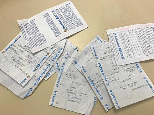 A polícia apreendeu recibos de depósito e carta trocada pelos suspeitos na Penitenciária Federal (PCDF/Divulgação)