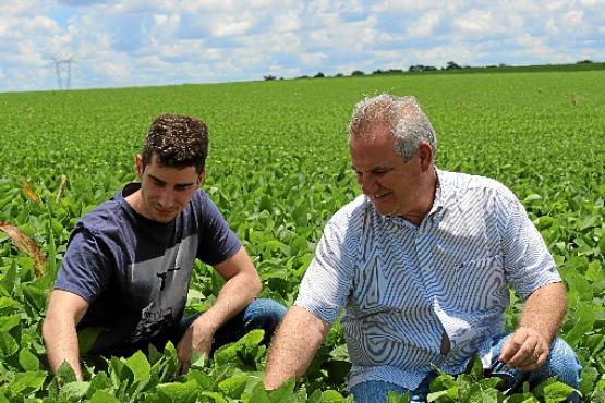 Fernando  Ribeiro, ao lado do filho: %u201CÉ  importante o produtor se qualificar%u201D (Augusto Fernandes/CB/D.A Press)
