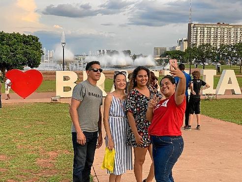 Professora de inglês, Samia Pinheiro levou a amiga piauiense Sanatyelle Alves e familiares para conhecer os pontos turísticos do Distrito Federal (Agatha Gonzaga/Esp. CB/D.A Press)