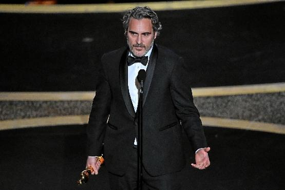 Joaquin Phoenix se emocionou ao receber estatueta e pediu compaixão (Mark Ralston/AFP)