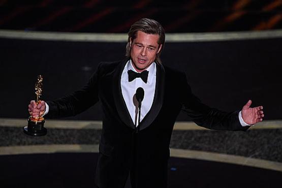 Brad Pitt com o primeiro Oscar como intérprete: homenagem a Tarantino (Mark Ralston/AFP)