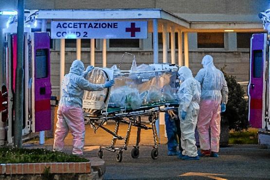 Italianos conduzem paciente para UTI em Roma: Brasil pode evitar isso? (Andreas Solaro/AFP)
