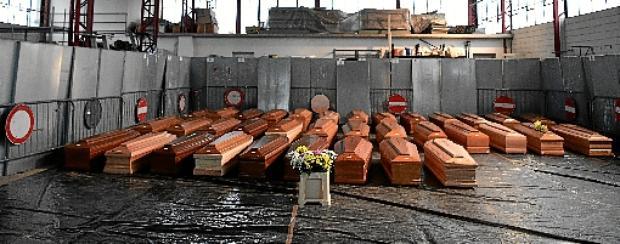 Caixões de vítimas do novo coronavírus colocados em depósito de Ponte San Pietro, perto de Bergamo, na região da Lombardia: risco de infecção proíbe velórios e funerais; corpos são cremados  (Piero Cruciatti / AFP )