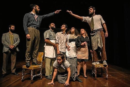 A peça Rinocerontes, do Coletivo Errante, é uma das exibições desta semana da campanha Teatro on-line (Anna Clara Carvalho/Divulgação)
