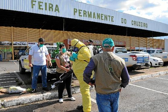 Agentes fizeram a higienização e borrifaram fumacê em feiras do DF, e tratores retiraram entulhos de terrenos nas regiões administrativas  (Paulo H. Carvalho/Agencia Brasilia)