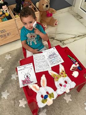 Miguel fez várias atividades antes da chegada da Páscoa: primeira caça aos ovos (Arquivo pessoal)