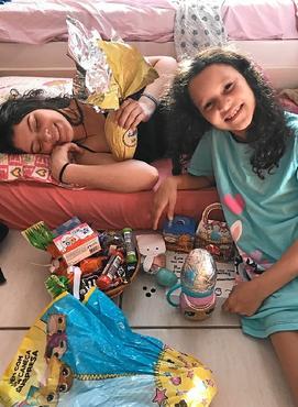 Yasmin Nathair, 16, ajuda a mãe com os preparativos para a irmã, Nicole, 9, procurar os ovos pela casa (arquivo pessoal)