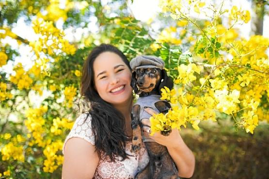 O dachshund Fubá com a tutora, Domitila Barroso: presença dos bichos reconforta (Paula Leon/Divulgação)