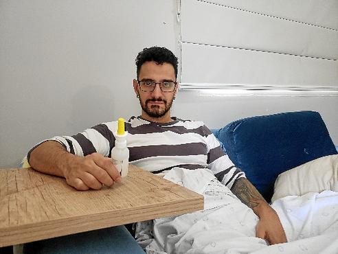 O professor Tiago Oliveira lida com as crises de rinite e sinusite. Ele evita tomar bebidas geladas (Thaís Teixeira/Divulgação)