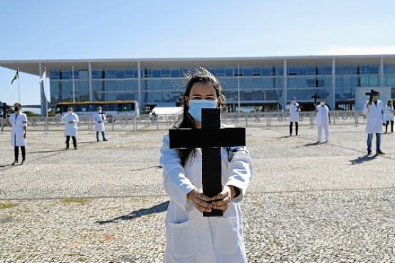 O agressor parte para cima dos enfermeiros no último domingo, quando alguns profissionais protestavam contra o governo de  Bolsonaro (Marcelo Tobias/ASCOM SindEnfermeir - 1/5/20)