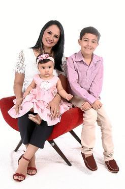 Pollyanna com os filhos, Manuella, 1, e Asafe, 8