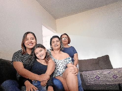 Ana Lúcia (de branco) com as filhas, Lívia e Natália, e a mãe, Maria (Fotos: Arquivo Pessoal)