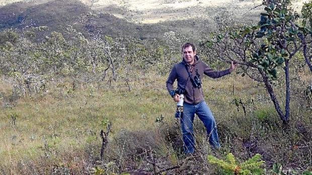 O observador de pássaros Rodrigo D%u2019Alessandro em uma de suas saídas a campo pelo cerrado (Arquivo pessoal)