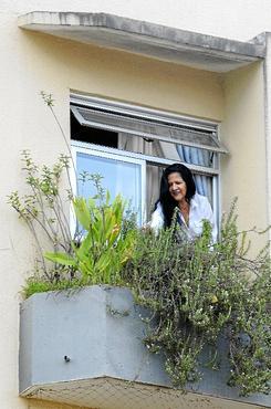 A administradora Helenice Pereira Cavalcante cultiva e mantém há 10 anos uma horta na varanda do apartamento (Carlos Vieira/CB/D.A Press)