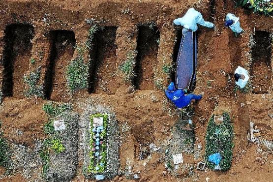 Enterro em uma das covas recentemente abertas para receber vítimas da covid-19 no Cemitério Vila Formosa, em São Paulo: imagem simbólica (Nelson Almeida/AFP)