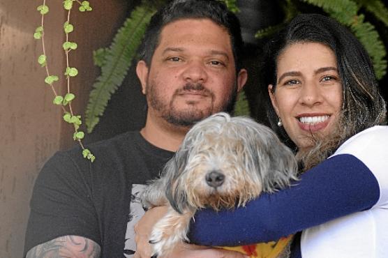 Ivanete Santos e o marido adotaram um cão cego: