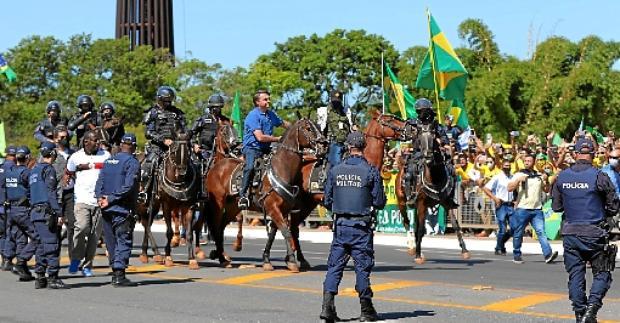 Bolsonaro passa pela manifestação em frente ao Palácio do Planalto e cumprimenta apoiadores: %u201CEstarei onde o povo estiver%u201D, escreveu no Twitter (Evaristo Sá/AFP)