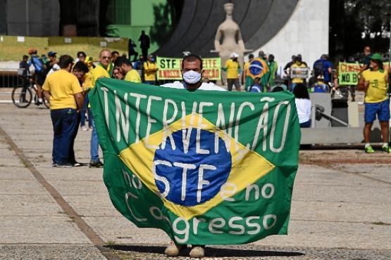 Manifestante pede intervenção no STF e no Congresso: Corte tem sido o principal alvo de bolsonaristas (Evaristo Sá/AFP)
