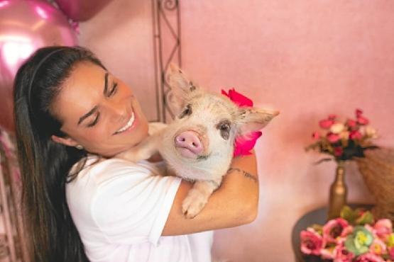 Bruna Timponi e sua porquinha, Olívia Bisteca: a nutricionista tem mais nove cães e quatro gatos