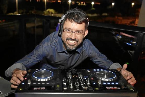DJ Cottonete está há 29 anos na noite  e agora no Balada em casa ( Luis Fabiano Neves/Divulgação)