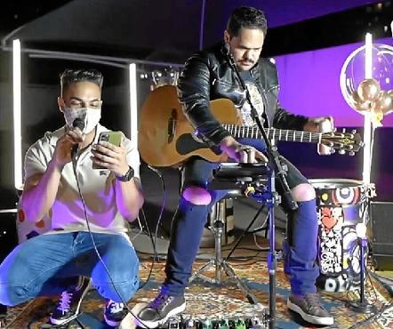O síndico Jonas Fernandes e o músico Paulo Veríssimo:  música para acalmar o espírito (Jonas Fernandes/Divulgação)