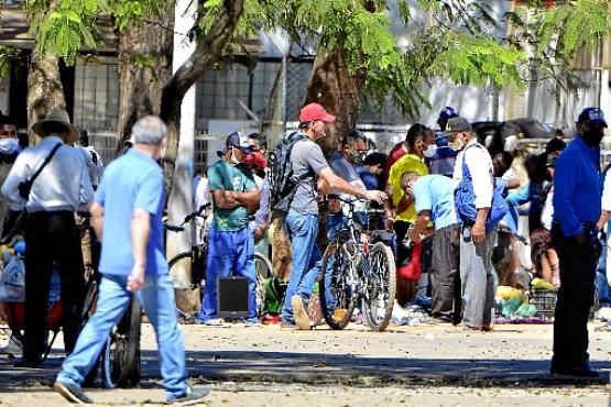 Flagrante de pessoas muito próximas no centro de Ceilândia: cidade é a que mais tem casos e mortes por covid-19 no Distrito Federal (Marcelo Ferreira/CB/D.A Press)