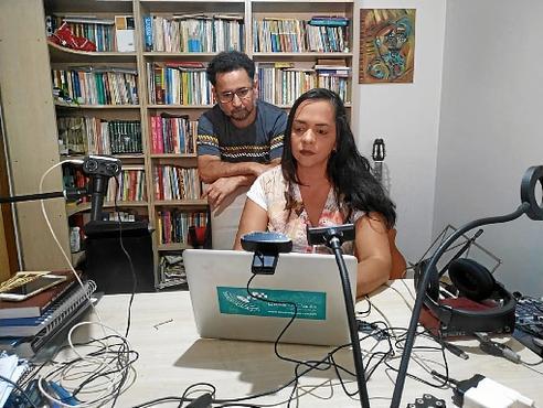 Professores da rede pública, o casal Suely Silva e César de Paula sente dificuldades para adaptar a rotina de aulas com a dos filhos em casa: desgaste mental (Minervino Júnior/CB/D.A Press)