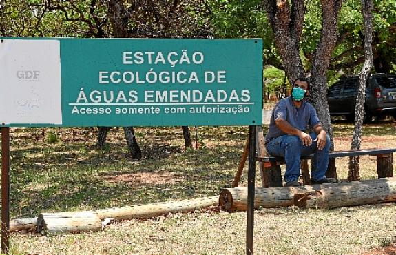 Sob o Sol forte, o técnico ambiental do Ibram Alípio Pires vistoria todo o terreno da estação ecológica (Ed Alves/CB/D.A Press)