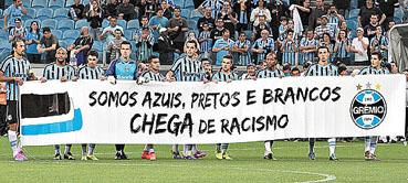 O Gr�mio, que venceu o Bahia por 1 x 0, na Arena, investiu em campanha contra o preconceito, mas torcida organizada entoou c�nticos de %u201Cmacaco%u201D.   (Itamar Aguiar / Raw Image / Ag�ncia O Globo )