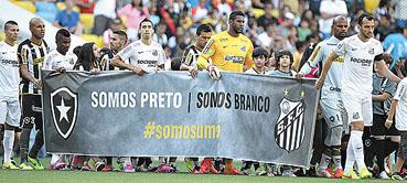 No Rio, antes da vit�ria do Botafogo por 1 x 0 sobre o Santos, jogadores entraram em campo com faixas. Goleiro santista foi aplaudido pela torcida.  (M�rcio Mercante/Ag�ncia O Dia)