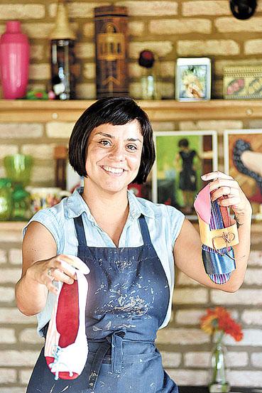 A empreendedora Ros�ngela Oliveira fabrica sapatos autorais. A economia criativa � tema de reportagens que o Correio publica a partir de hoje. (Breno Fortes/CB/D.A Press)