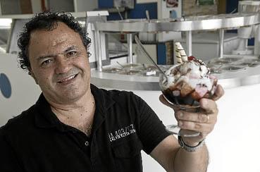 O empres�rio Murilo Silva ralou muito gelo antes de encontrar a f�rmula do sorvete perfeito e conquistar a freguesia com 150 sabores, incluindo o maracaxi (maracuj� com abacaxi). (Marcelo Ferreira/CB/D.A Press)