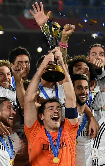 Casillas ergue a ta�a do Mundial de Clubes: o San Lorenzo, time do papa Francisco, n�o foi p�reo para os espanh�is. (Javier Soriano/AFP)