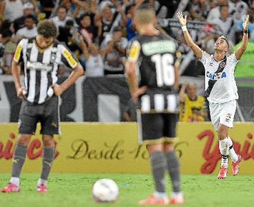 Foi um jogo sem grandes emo��es at� os 46 minutos do segundo tempo, quando Rafael Silva venceu o goleiro Renan, do Botafogo. A vantagem do empate no segundo jogo da final agora � dos cruz-maltinos. (Pedro Martins/AGIF/Ag. O Globo)