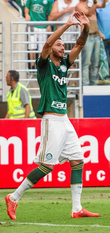 O Palmeiras tamb�m est� a um empate do t�tulo depois de superar o Santos com um gol de Leandro Pereira. A equipe de Oswaldo de Oliveira ainda perdeu um p�nalti. Segunda partida ser� na Vila Belmiro no domingo. (Anderson Rodrigues/Frame/Ag. O Globo)